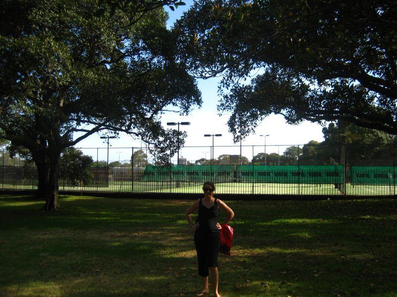 Ele devant les tennis a cote de la maison!